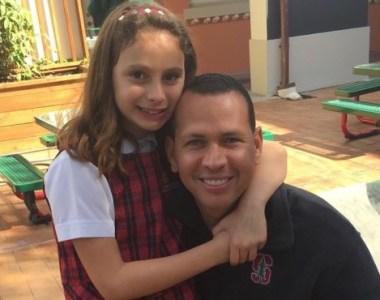 """Alex Rodríguez enseña a su hija menor a """"hacer swing""""DE PELOTA"""