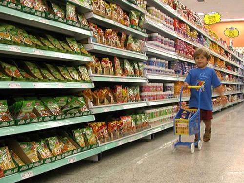 Niño en supermercado