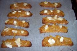 cebollanaranja horno - Cebolla confitada a la naranja en tostada con queso de cabra gratinado