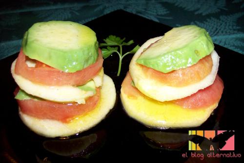 ensalada de aguacate, manzana y tomate
