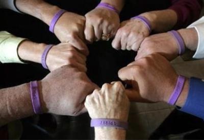 manos unidas muneca - Unidos contra el pesimismo