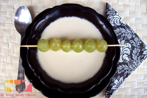 ajoblanco1 - Receta de AJOBLANCO: crema fría de almendras, pan y ajo