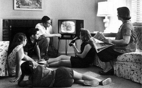1950 family watching tv - ¿Por qué vemos tanto la tele?