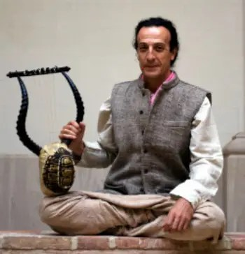 "paniagua sentado1 - LUIS PANIAGUA: ""La música, mi música, es energía transformadora"""