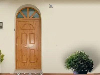 puerta con escalón
