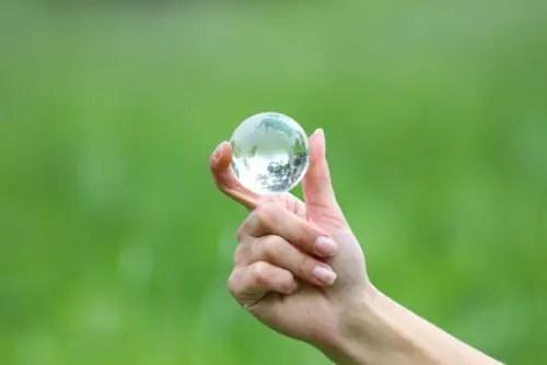 MI MUNDO - a glass globe in hand
