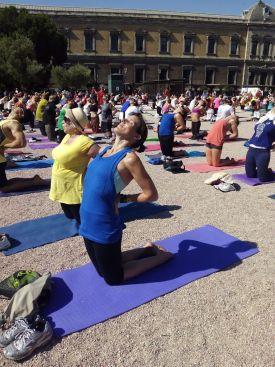 Practicando Ustrasana, Día Internacional del Yoga, Madrid 2015