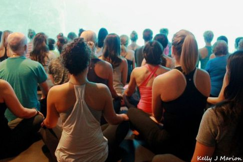 Chicas en clase de yoga