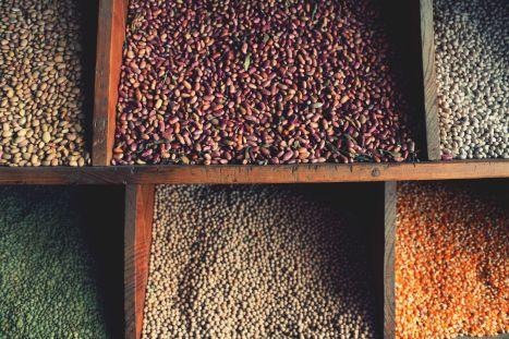 caja con semillas varias de diferentes colores