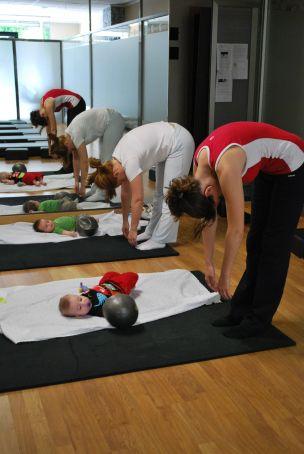 Yoga mamás y bebés: variación de uttanasana para hacerla con el bebé