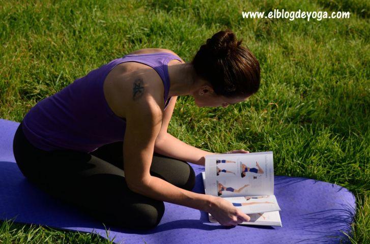 Probando una asana del manual de iniciación de Yoga Iyengar