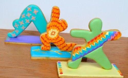 regalos de yoga navideños: galletas de gengibre en forma de asanas