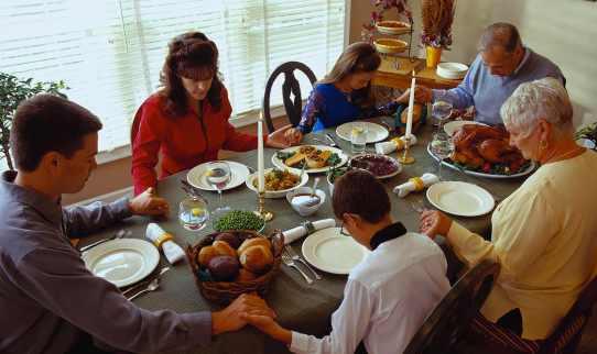 Comer para un yogi: familia rezando antes de comer