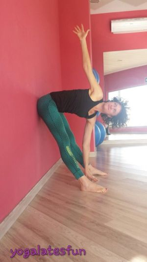 yoga en la oficina: torsión contra la pared