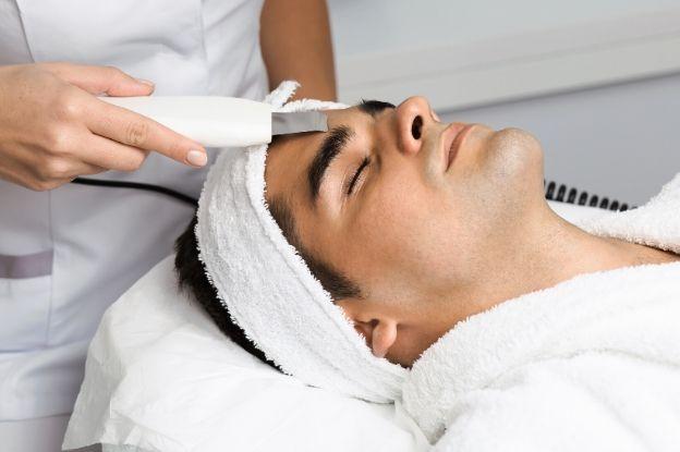 En farmacias, podréis encontrar productos de garantía para el cuidado facial de hombres.