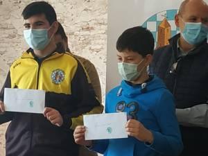 Víctor y Lorenzo recogen sus becas deportivas