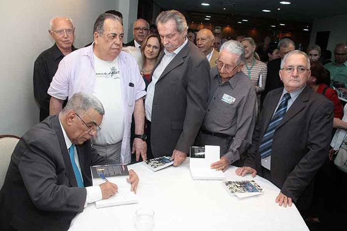 Elcio autografa livros para Edgar dos Anjos e Rômulo Farias no lançamento de Memórias do Meu Tempo