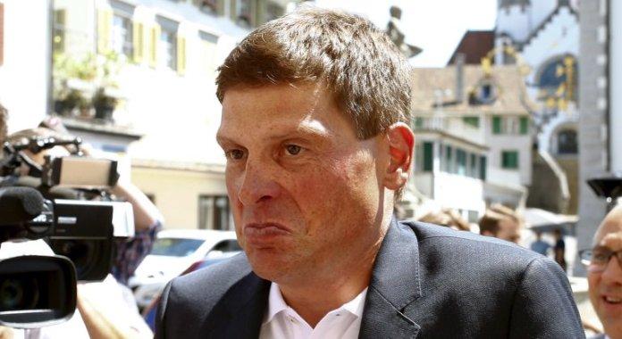 El es campeón del Tour de Francia detenido