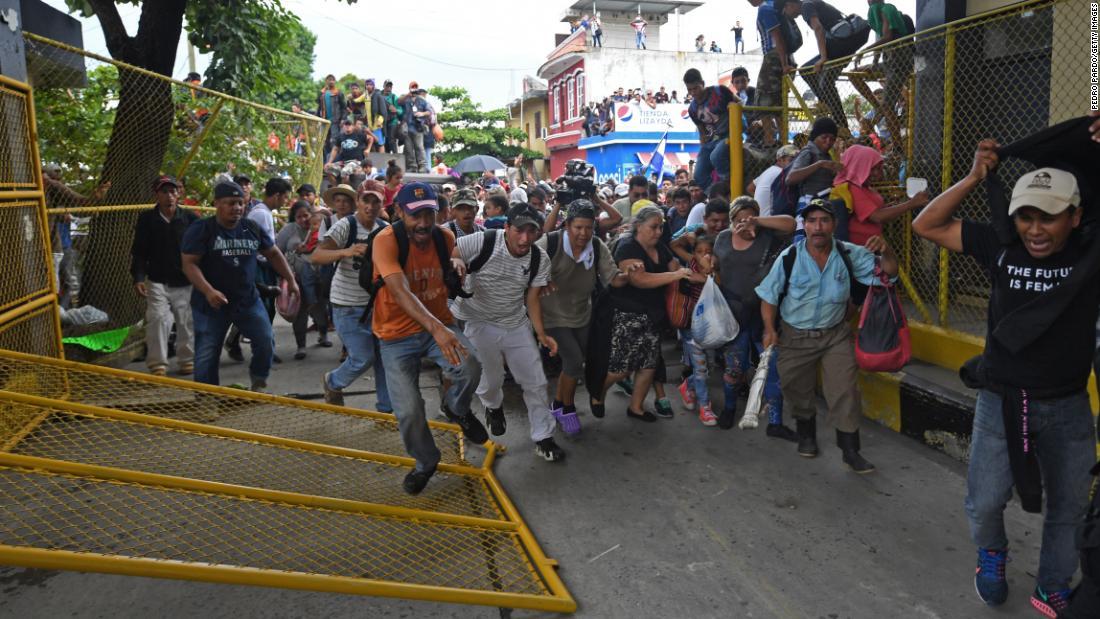 (Video+Fotos) Migrantes hondureños derriban vallas en frontera de México