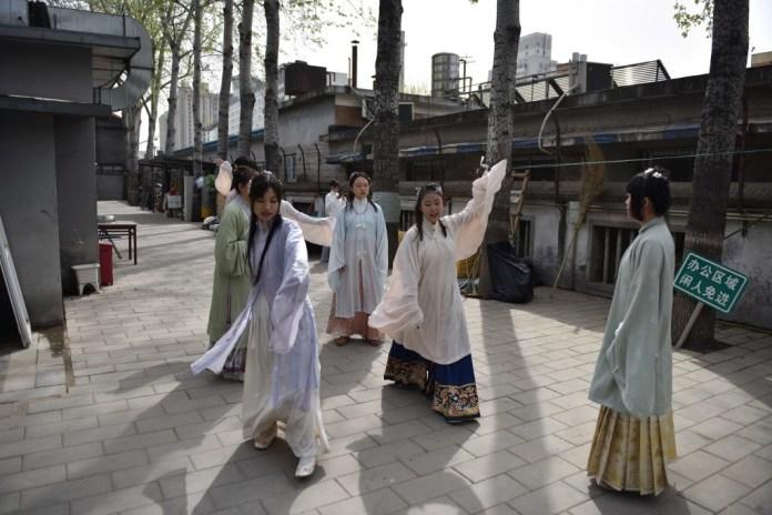 """En abril, la Liga de las Juventudes Comunistas organizó una conferencia de dos días sobre los trajes de las diferentes etnias chinas. El traje es """"la base de una cultura"""", declara Jiang Xue, miembro de Mowutianxia, un club pequinés de amantes del """"hanfu"""". Foto: The Jakarta Post."""