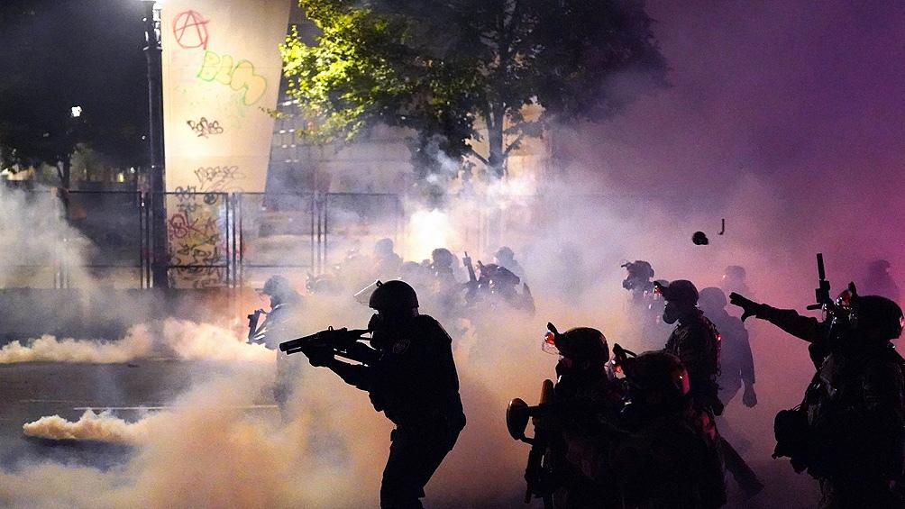 Alcalde de Portland prohíbe uso de gases lacrimógenos para controlar protestas contra racismo