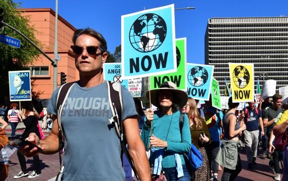 Activistas se manifestaron en Los Ángles, California, para pedirle a los gobiernos medidas contra el cambio climático. FOTO: AFP.