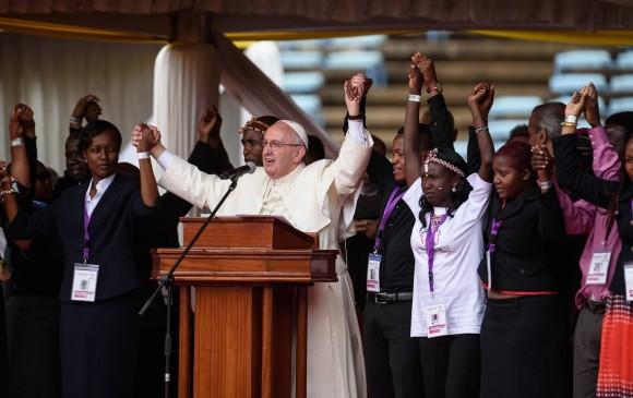 El Papa Francisco recibió el pasado jueves un gran respaldo con la asistencia de miles de personas a una misa celebrada en Nairobi bajo una fuerte lluvia. FOTO AFP