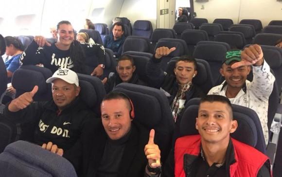 Ya, sentados en el avión y con pulgar arriba, viajaron con una nueva ilusión. FOTO Tomada de Twitter @ARNColombia