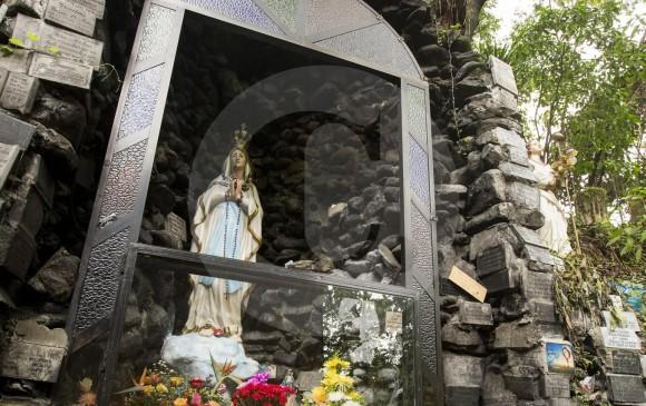 Por recomendación del Área Metropolitana, actualmente se busca una técnica para trasladar las placas instaladas por los fieles. Fotos Jaime Pérez