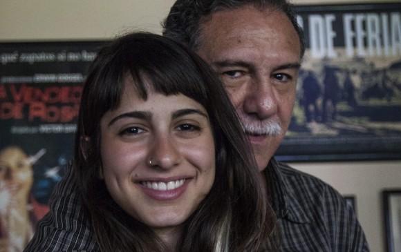 Víctor Gaviria y su hija Mercedes trabajaron en La mujer del animal, la más reciente producción del cineasta. Ella trabaja en una película de montaje, La niña, que cuenta su relación. FOTO jaime pérez