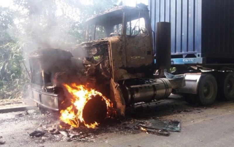 Entre los vehículos incinerados hay cinco camiones y tres buses. En el lugar los subversivos dejaron banderas del Eln. CORTESÍA ATC
