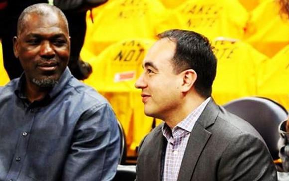 Rosas (derecha) tiene 40 años, 15 de estos los vivió trabajando para los Rockets. Comenzó desde abajo como asistente técnico hasta llegar a la vicepresidencia de la franquicia. FOTO instagram