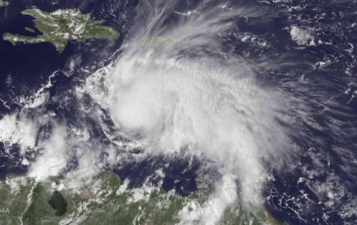 El huracán Matthew ganó este viernes intensidad al subir a categoría 3 en su avance por el Caribe Central, informó el Centro Nacional de Huracanes (CNH) de Estados Unidos. FOTO AFP