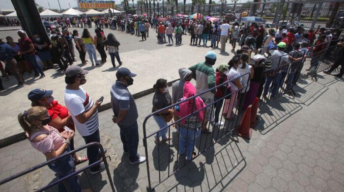 Los ciudadanos refirieron que llegaron a recibir la dosis por el ofrecimiento de kits de alimentos por parte del Municipio de Guayaquil. Foto: Enrique Pesantes/ EL COMERCIO
