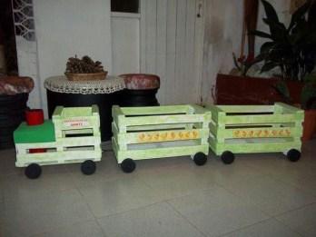tren de juguete con cajas de fruta