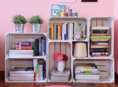 estanteria de libros con cajas de madera