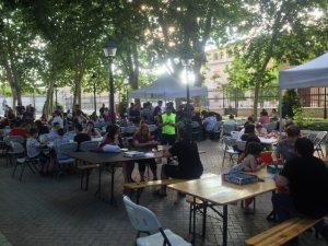 Foto general de la zona de juegos de mesa, mesas, sillas y gente jugando.
