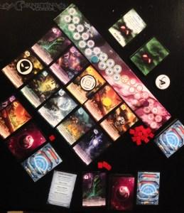 Imagen del juego de mesa Not Alone desplegado