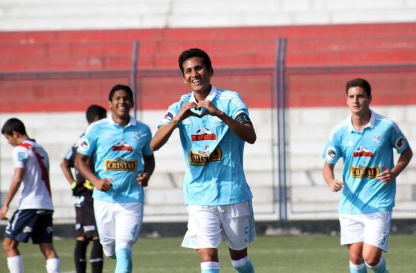 La celebración del primer tanto de Vega, atrás Bravo (i) y Rebagliati (d) (Prensa Sporting Cristal)