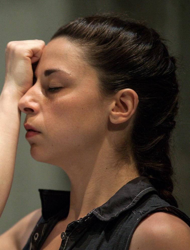 "H Άρτεμις Λαμπίρη παρουσιάζει το έργο της ""Me on top"", που σχολιάζει το ζήτημα της εξουσίας (φωτογραφία Stavros Petropoulos)"