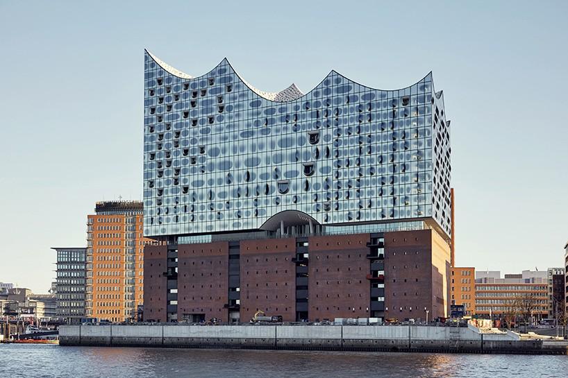 Η Εlbphilharmonie του Αμβούργου, ένα έργο των Herzog & de Meuron, μια από τις πιο εντυπωσιακές αίθουσες συναυλιών. Με ένα απαστράπτον σύστημα υαλοπινάκων στην πρόσοψη θα ανοίξει στις αρχές του 2017 με τρεις αίθουσες συναυλιών, ένα ξενοδοχείο και 45 ιδιωτικά διαμερίσματα.