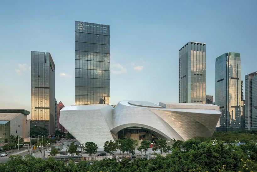 Στην Κίνα, το αρχιτεκτονικό γραφείο COOP HIMMELB (L) AU έχει ολοκληρώσει το MOCAPE, ένα μουσείο σύγχρονης τέχνης και ντιζάιν στο Shenzhen. Οι χώροι θεωρούνται πολιτιστικό σημείο συνάντησης της τέχνης και του σχεδιασμού.