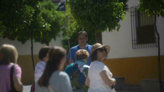 Ismael Frías guía a un grupo a las puertas de Tafures, 2.