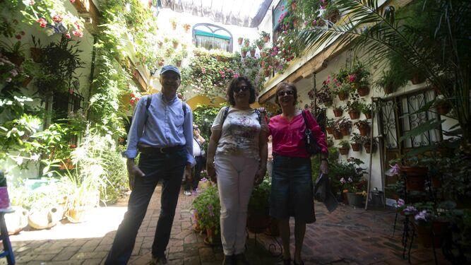 Lluch Coll, Catalina Coll y María Báñez posan en Duque de la Victoria, 3