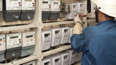 Un operario instalando contadores inteligentes de Endesa.