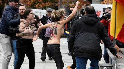 Activistas de Femen en el acto de Falange
