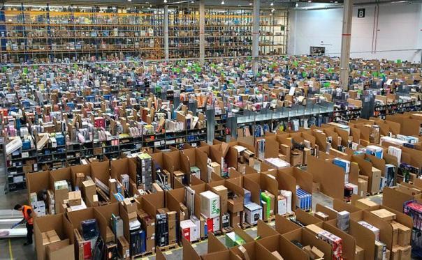 Amazon patenta una pulsera para controlar los movimientos de sus trabajadores en los almacenes