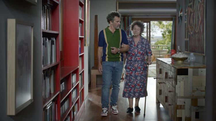 《 Dolor y gloria》中的安東尼奧·班德拉斯(Antonio Banderas)和朱麗葉·塞拉諾(Julieta Serrano)。