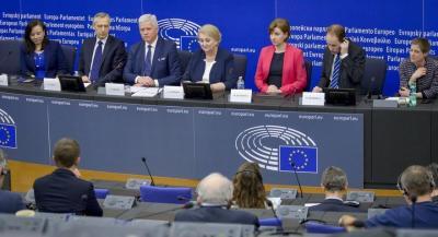 Jan Figel (segundo por la izquierda) y Andrzej Grzyb (tercero), junto a miembros de CitizenGo y ADF durante la rueda de prensa posterior a la aprobación del informe sobre el enviado especial de la UE (fuente: Parlamento Europeo).