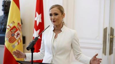 Cristina Cifuentes presenta su dimisión ante los medios. (EFE).